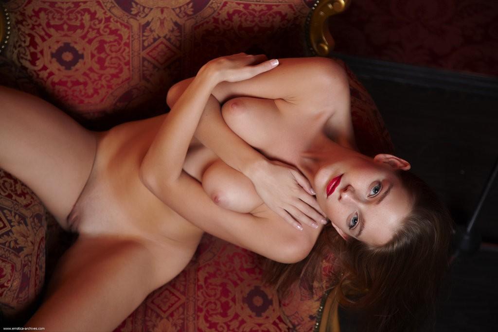 Машине девушку красивые губы голых девушек лесу
