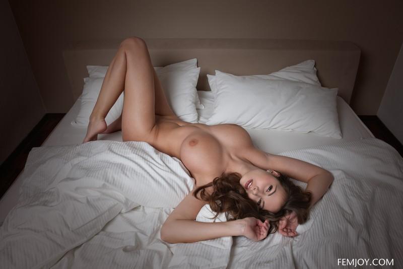 женщины в постели голые фото