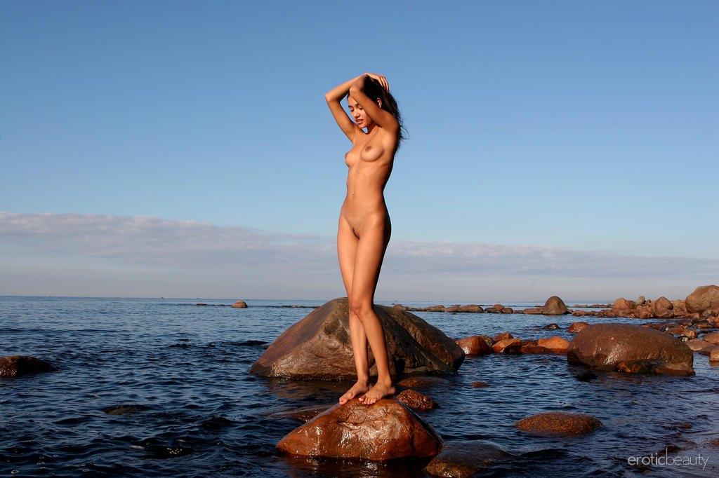 Видео голый на море